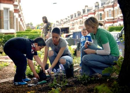 people gardening get gardening with help from